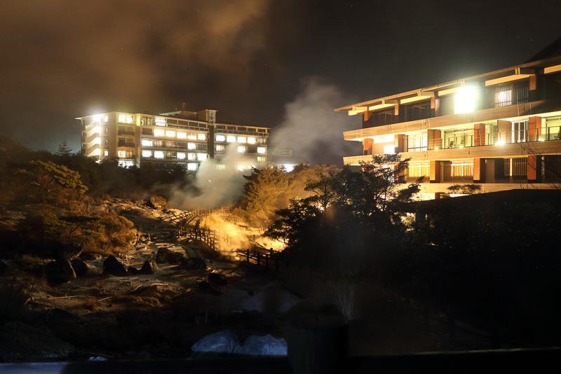 左奥に見えるのが雲仙宮崎旅館