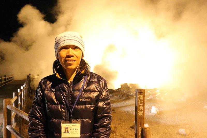 この雲仙地獄めぐりナイトツアーのガイドを務めるのは佐々木雅久さん。このツアーでただ1人のプロガイドです