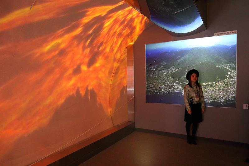 スクリーンに映し出された溶岩の映像はCGではなく実写です