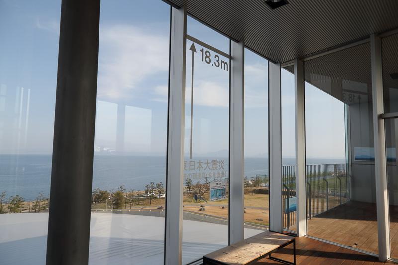 ガラス張りの展望スペースから見えるのは普賢岳と火砕流が流れ込んだ有明海。ガラスには東日本大震災における津波の到達高が記されています