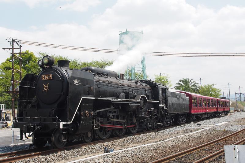 京都鉄道博物館では、実際に蒸気で走るSLが牽引する「SLスチーム号」に乗車が可能