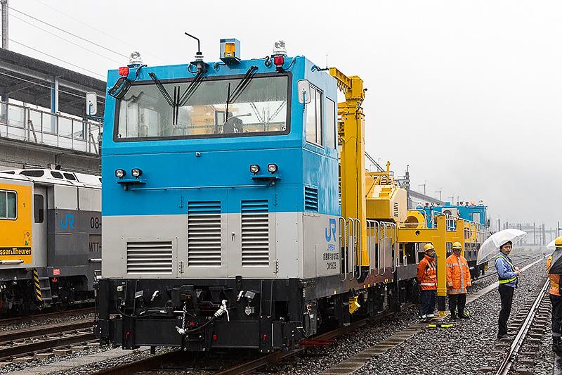 クレーン車と電柱を積載する車両の2両1組