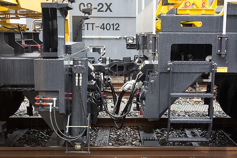 クレーン車と電柱運搬車の連結部