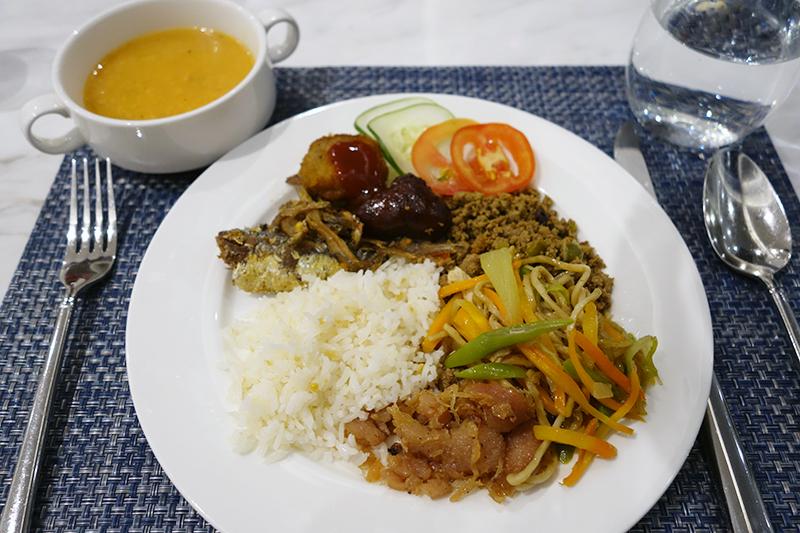 ビュッフェスタイルの朝食。基本はアメリカンブレックファースト。フィリピン料理も