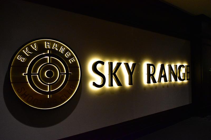 このホテルなんと射撃場も! パンフレットによると25mレンジが15レーン、50mレンジが5レーンあるそうです。展示されている本物の銃を見たらドキドキ