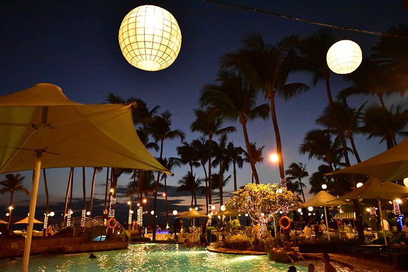 目の前は残念ながら泳げないマニラ湾ですが、ビーチリゾートを髣髴とさせるプールサイド
