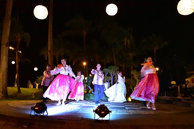 伝統舞踊ショーを観ながらディナーを楽しめます。花火も上がりますよ