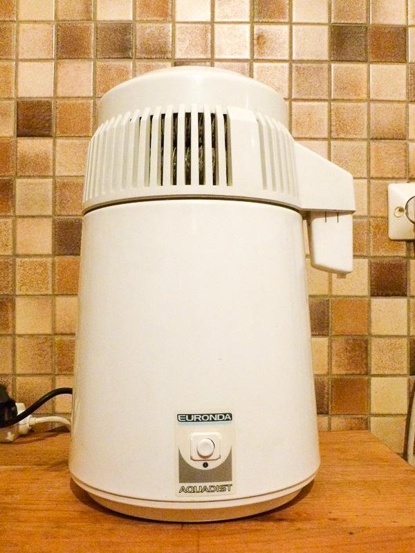これが蒸留水を作ってくれる機械。単純な構造なので、購入して6年ほど経ちましたが、まったく壊れる気配がありません。味は美味しい~! と私は思いませんが、そこは割り切っています