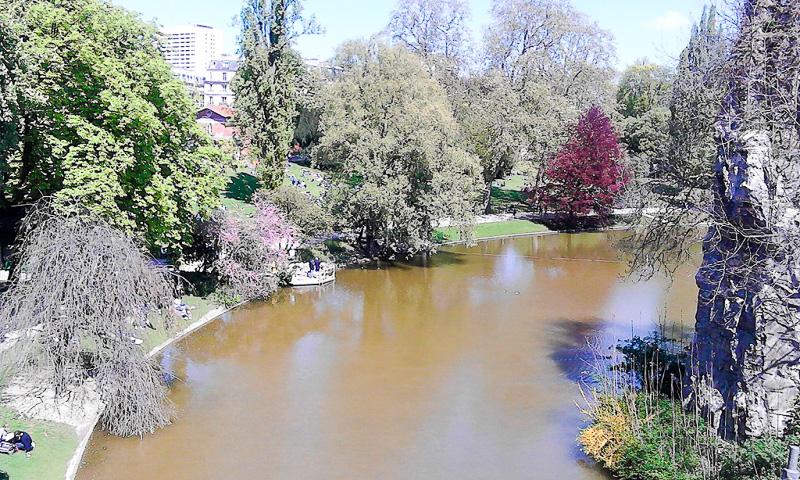 私のお気に入りのパリの公園の一つ、ビュット・ショーモン公園