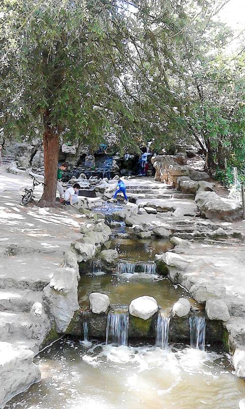 ビュット・ショーモン公園では水がふんだんに使われているのですが、この水も浄水場で作られた水なんですね