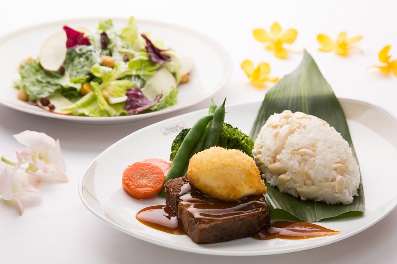 """パークサイドダイナーで提供する""""ロコモコ""""ハレクラニスタイル 揚げ卵 きのこライス添え"""