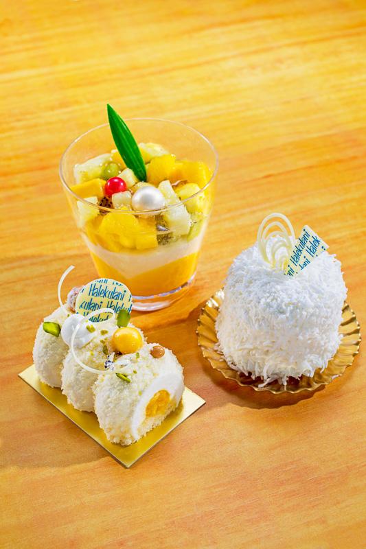 ショップ「ガルガンチュワ」で販売するスイーツ、レアチーズケーキの新作「カイナル」(手前左)、ハレクラニで人気のケーキ「ハレクラニ ココナッツケーキ」(手前右)、ココナッツミルクを使用したハワイの伝統的スイーツ「ハウピア」(奥)