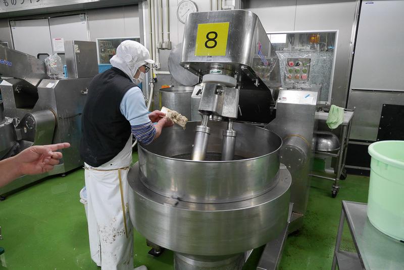 すり身や調味料を混ぜて蒲鉾のもとを製造する擂潰機(らいかいき)