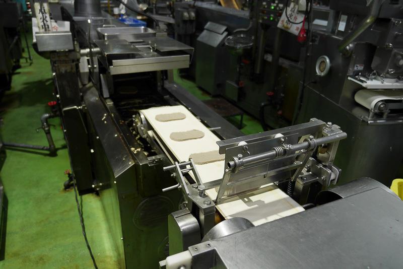 機械で成型して、フライヤーに投入。油は無添加の菜種油を使用しているとのこと