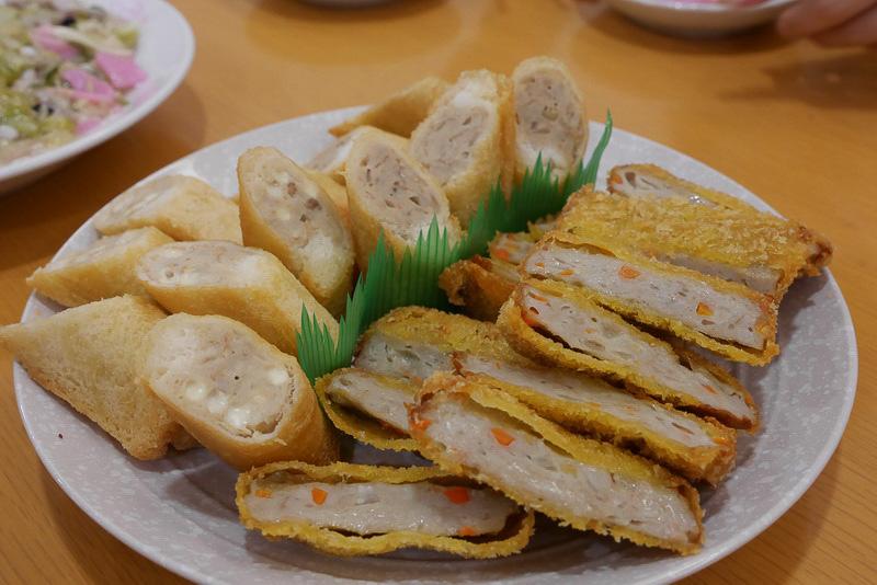 左は県産のアジを主原料に、牛豚ミンチや玉ねぎ練り込み、食パン巻いて揚げた「ハトシロール」。サクサクのパンとねっとりとしてコクの強い蒲鉾との相性抜群。右は複数の魚や野菜を合わせたすり身に衣を付けて揚げた「おさかなカツ」で、蒲鉾ながら洋風の味わい。ご飯のおかずに最適