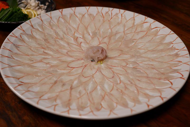 薄造りはまさしく刺身の王様。贅沢に大皿に盛られた姿は絶景だ