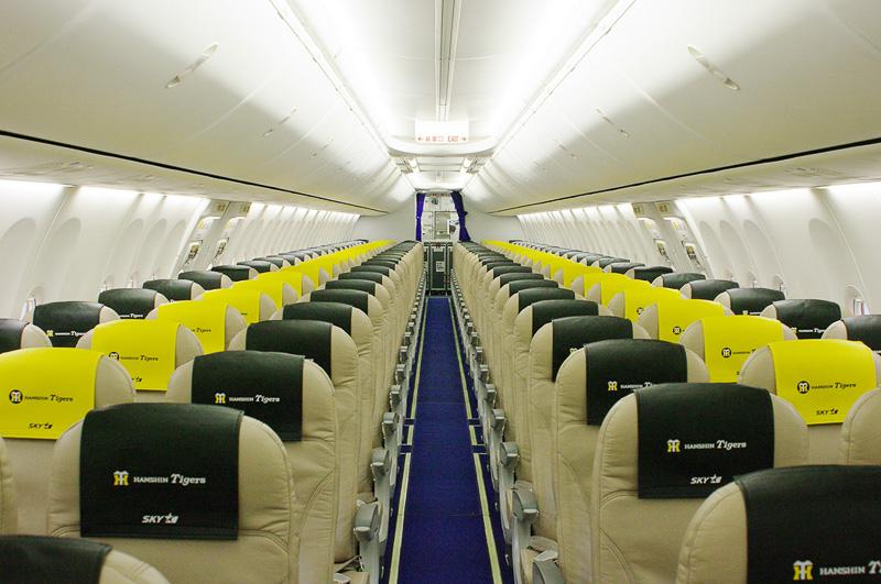 機内はこのようにタイガースカラーのストライプが壮観だ。なおこの写真のみ5月21日の一般公開時に撮影したもの
