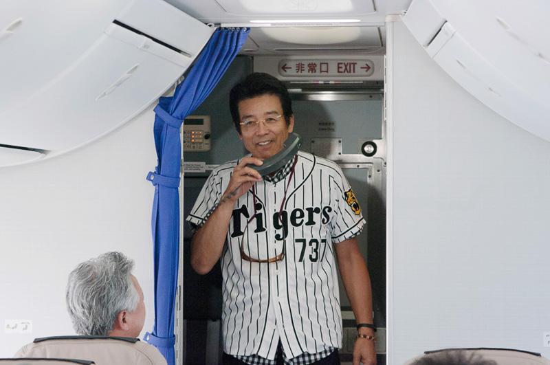 サプライズだった江本孟紀氏の登場。機内が湧きあがった