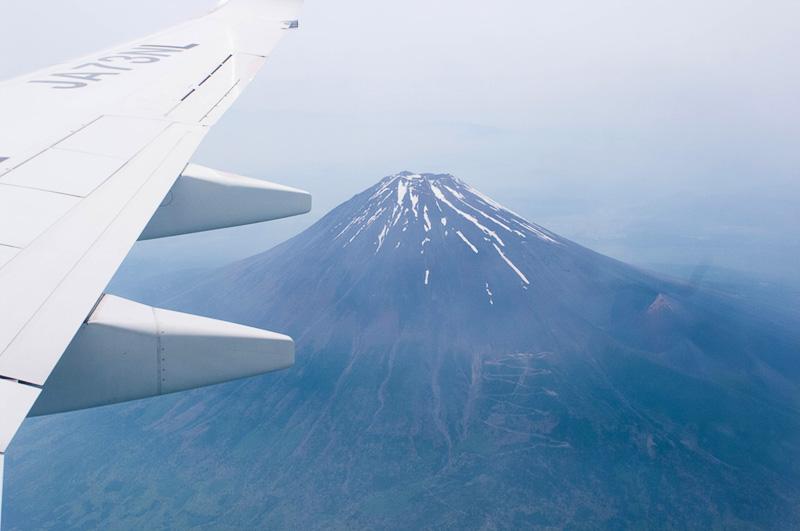 富士山をギリギリの高度で通過