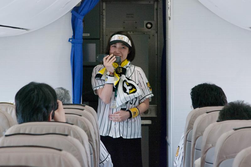 「素敵なサヨナラヒットで本日も快晴になってきました」と試合に例えてフライトを説明した吉谷真梨子さん
