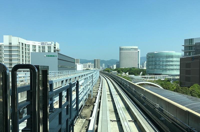 ポートライナーに乗って、ポートアイランドを通り抜ければ約18分で三宮駅