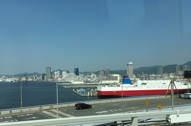 神戸大橋をポートライナーで渡る際、わずかな時間であるが港町・神戸の風景を楽しめる