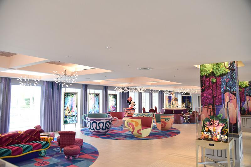 たっぷりとした広いスペースにはファンタジーランドや、アラビアンコーストなどを描いたアートパネルや、アトラクションをイメージした家具が並ぶ