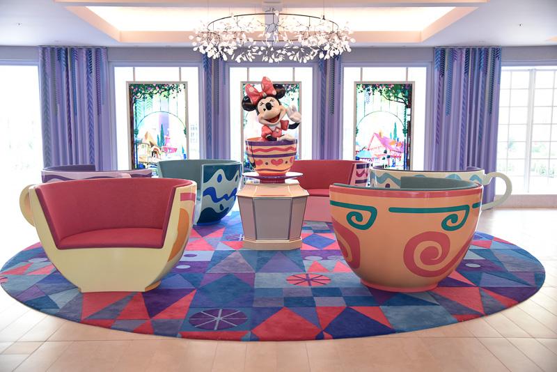 ミニーマウスがティーカップに乗ったスタチューのまわりには「アリスのティーパーティー」のティーカップシェイプのソファがくるくると回っているかのような雰囲気で配置されている。お気に入りのカラーに座って、ティーカップに乗っているような写真も撮れる