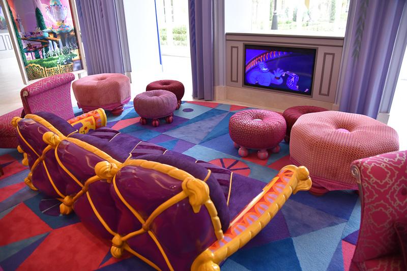 「ジャスミンのフライングカーペット」をイメージしたソファ。今にも空に舞い上がりそうな躍動感も。キッズスペースが併設されており、ディズニーのアニメーションが楽しめる