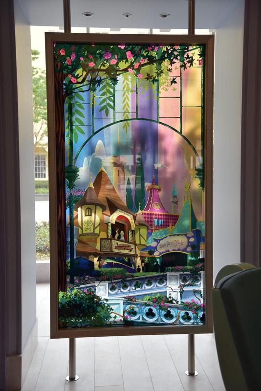 シンデレラ城のアートパネルの両サイドには「ピノキオの冒険旅行」などのパネルを配置。オールウェザーカバーと呼ばれる全天候型屋根の装飾も描かれており、まさに東京ディズニーランドならではのアートとなっている