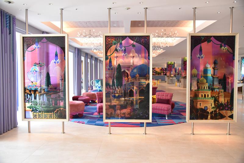 東京ディズニーシーのテーマポートのひとつであるアラビアンコーストの特徴的な尖塔やブルーのドームや中庭も。実際のパークでアートに描かれたモチーフを探すのも楽しい