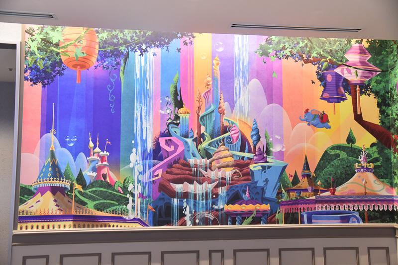 マーメイドラグーンやレストラン「クイーン・オブ・ハートのバンケットホール」が描かれたフロントデスク