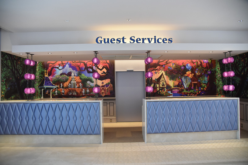 ゲストサービスデスクには、「白雪姫の願いの井戸」や「プーさんのハニーハント」などのアートを楽しむ事ができる
