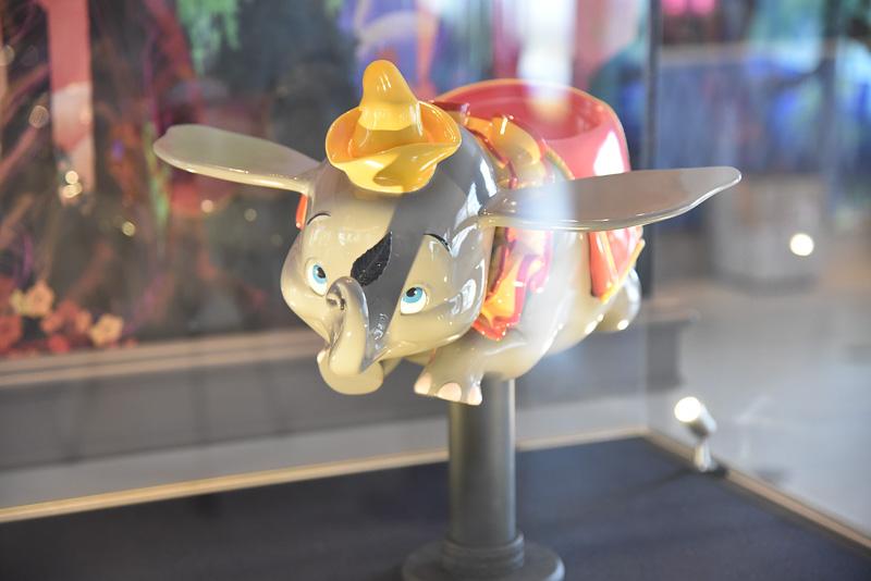 新たにホテルのために制作された「空飛ぶダンボ」の模型。マジックフェザーを鼻でしっかり掴み、ふわりと飛び上がるダンボの姿を間近に見ることができる