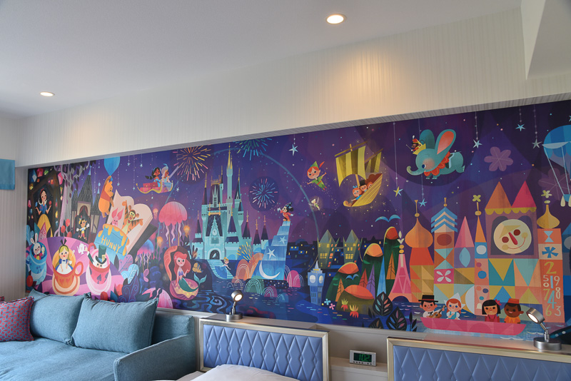 東京ディズニーランド、東京ディズニーシー両方のパークの様子を生き生きと再現した巨大アート