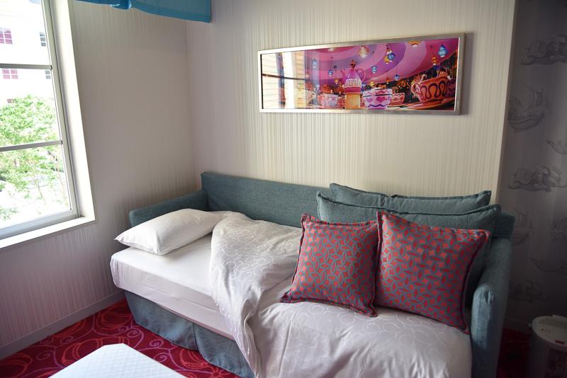 レギュラーベッド2台、ソファーと兼用できるデイベッド2台を全て使っても広々。デイベッドも比較的たっぷりな横幅だ。側には「アリスのティーカップ」の写真が飾られている