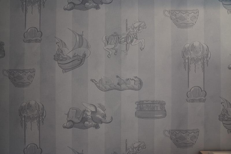 ハニーポットやフライングカーペット、海賊船などのイラストを発見。全7種類のアトラクションのヴィークルが描かれている。お気に入りの乗り物を探してみるのも楽しい