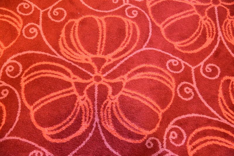 チューリップの花びらがデザインされた絨毯