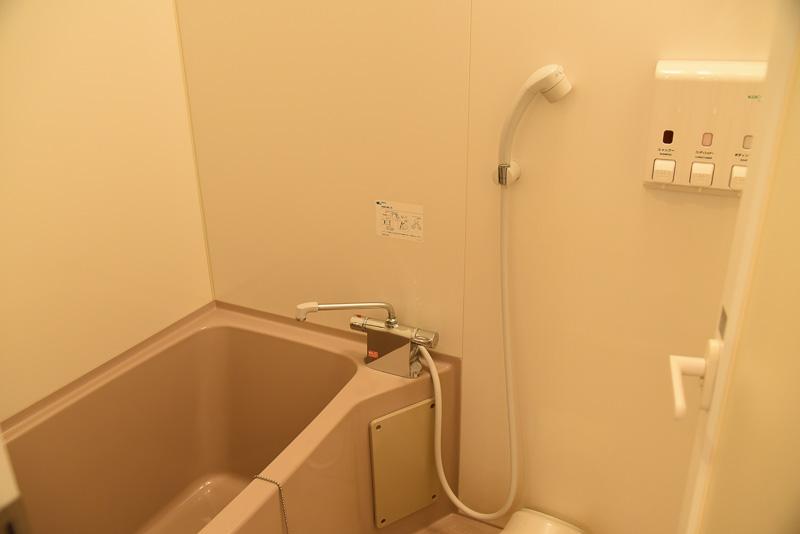洗い場スペースのあるお風呂。シャンプー、コンディショナー、ボディーソープはディスペンサー式となっている