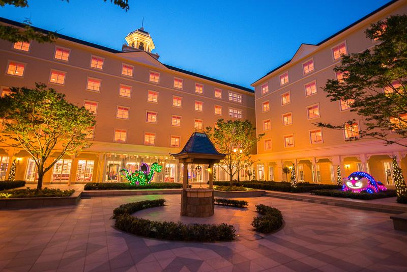 """「白雪姫の願いの井戸」が中央に。どんな""""ウィッシュ""""をするのかはゲスト次第(夜間の写真はミリアルリゾートホテルズ提供)"""