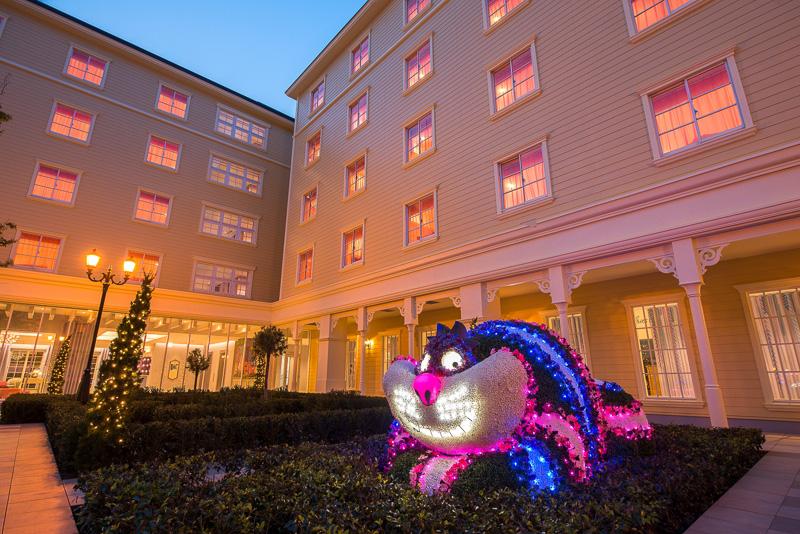 「不思議の国のアリス」でおなじみのチシャ猫のフロートを再現。夜になるとパークのパレードそのままに可愛く輝き出す(夜間の写真はミリアルリゾートホテルズ提供)