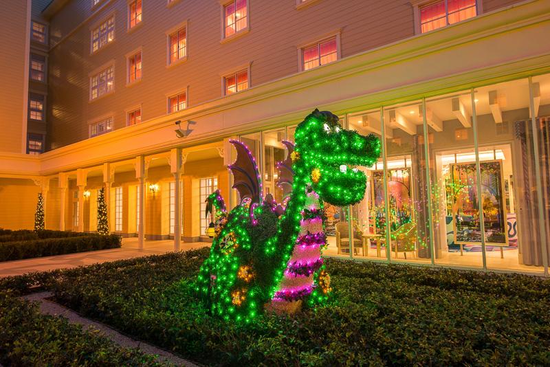 「ピートとドラゴン」の優しいドラゴン・エリオット。現在は少年ピートを手で包み込む形だが、トピアリーは懐かしの四つ足のスタイルフロートに近い造型となっている(夜間の写真はミリアルリゾートホテルズ提供)