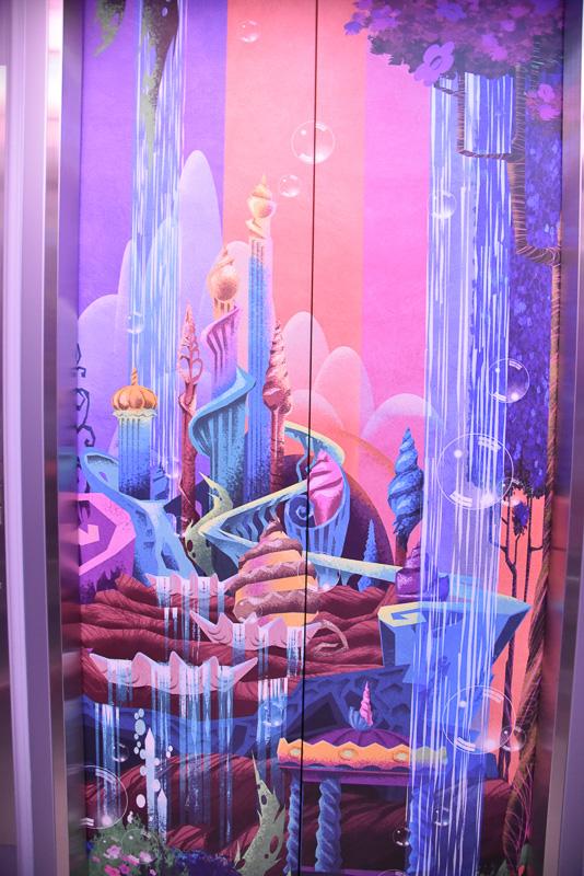 扉が閉まるとアトラクションやテーマポートのアートが表れる。各エレベーターにはそれぞれ異なるアートが隠れている