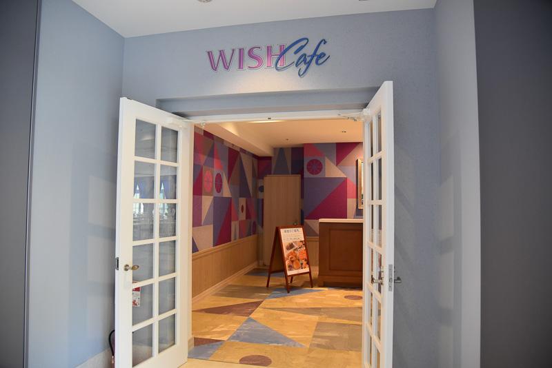 シックな雰囲気の入り口からはカラフルな店内がチラリと見える。入り口正面には「ダンボ」に登場するネズミのティモシーが「イッツ・ア・スモール・ワールド」を見つめる印象的な1枚を展示している
