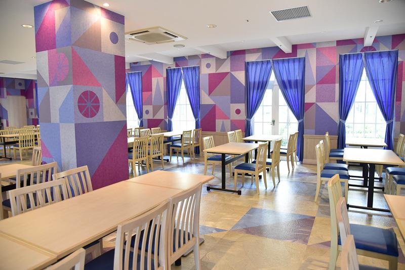 広々としたカフェ内は左右共に窓に囲まれて明るい雰囲気。座席数もたっぷり