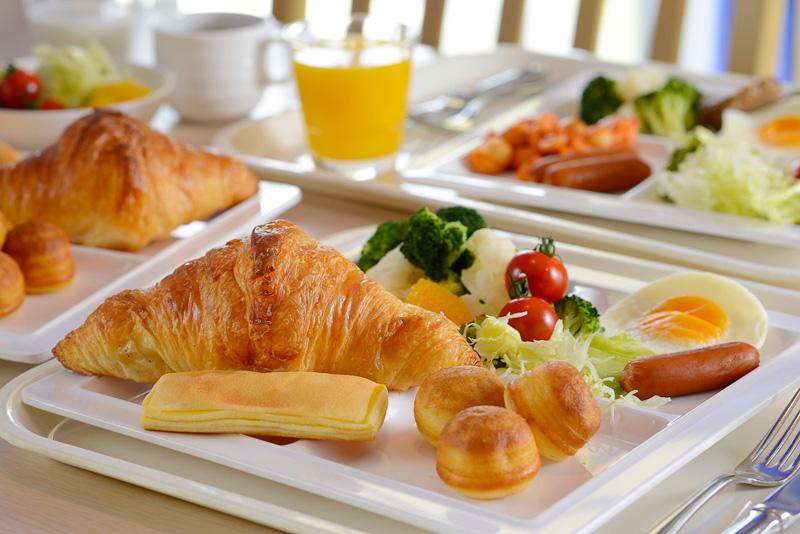 ホテルで焼いたアツアツのパンや、フレッシュなサラダやスープなどをブッフェスタイルで味わえる(写真はミリアルリゾートホテルズ提供)