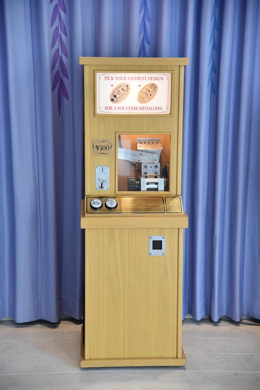 メダリオンメーカーはロビーを抜け「ウィッシュ・カフェ」に向かう途中に設置されている。コレクターも多い人気グッズのひとつだ