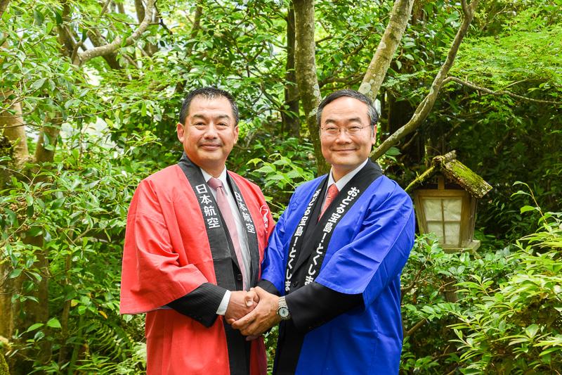 虎屋 壺中庵の庭で握手を交わすJAL会長 大西氏(左)と、徳島県知事 飯泉氏(右)