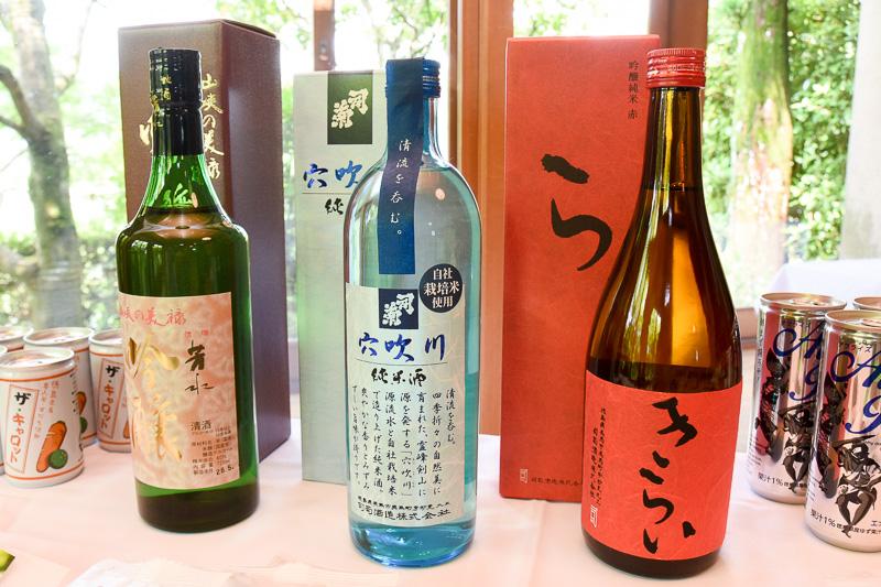 (右から)「純米吟醸 きらい 赤」「連続四国一の清流水仕込み 純米酒 穴吹川」「芳水吟醸」