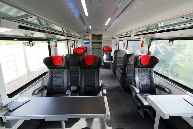手前の3席は一等席だが、そこから向こう側はさらに上のクラスのビジネスシートとなっている